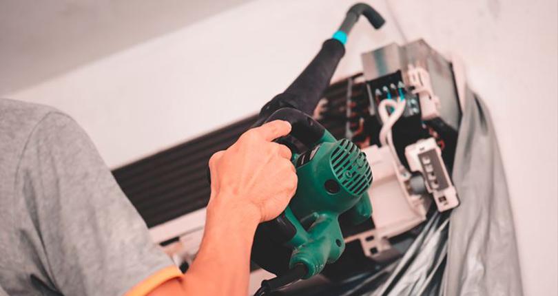 エアコンクリーニングにかかる費用は?相場と価格を抑えるポイント